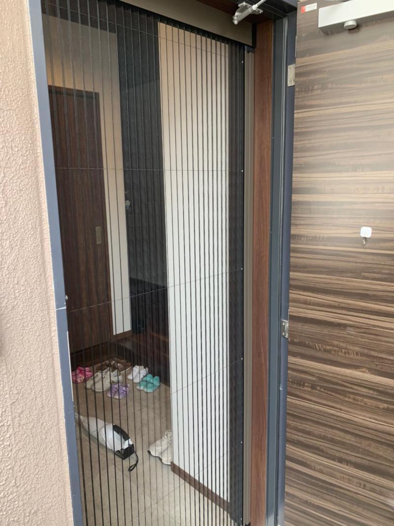 施工例 玄関ドア用収納網戸取付工事